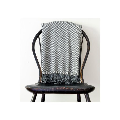 Chunky Cashmere Throw in Off-White/Charcoal