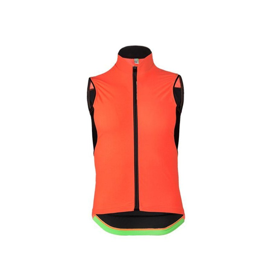 This Gilet has been calibrated to be used with the entire Q36.5 collection, it as capable of performing an essential function when worn over a short sleeve jersey on summer descents as it is working as an important last thermal layer in conjunction with c