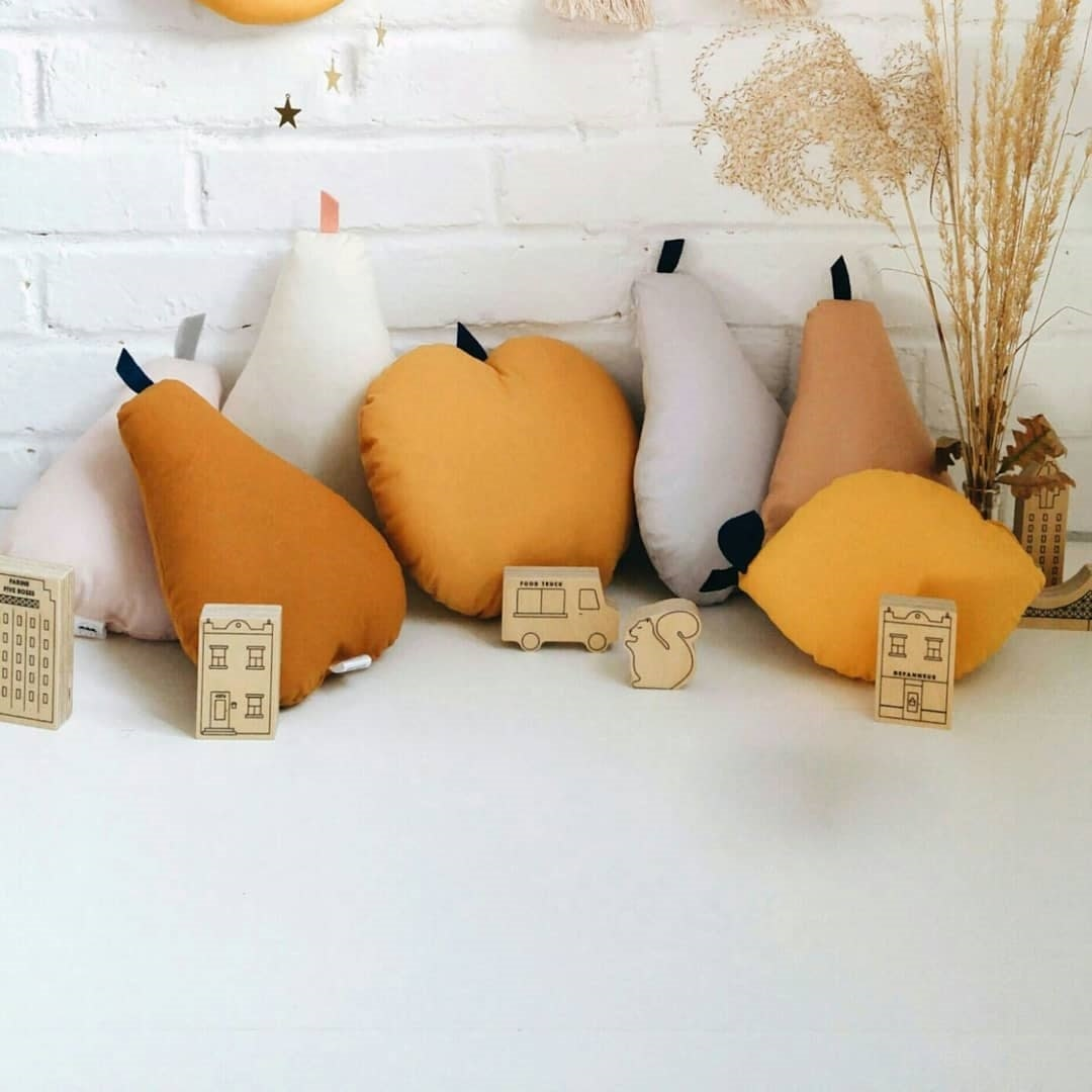 The Butter Flying Coussin Pomme - Plusieurs Couleurs
