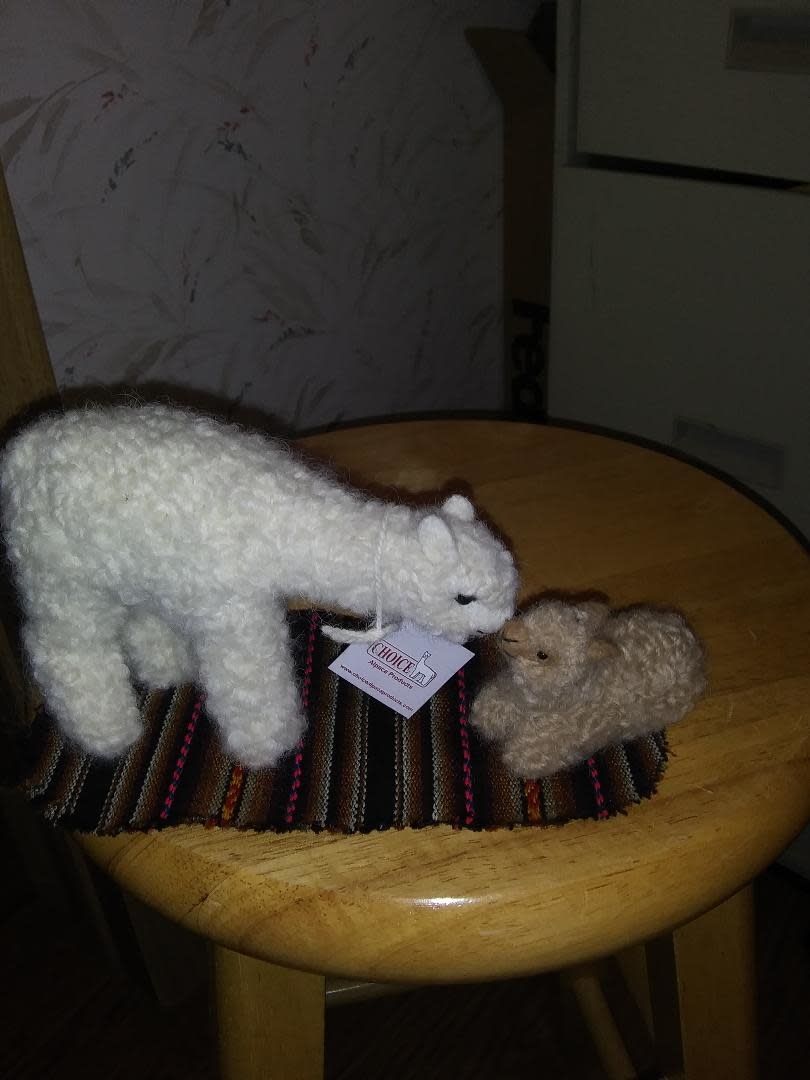 Choice Alpacas Alpaca Figures, Mom n Cria  5in/2 in Set w rug