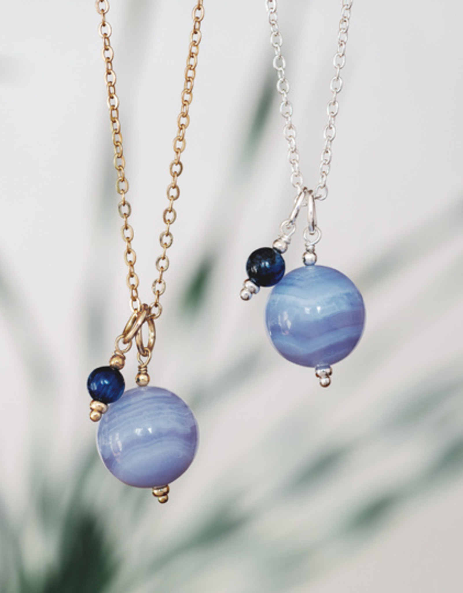 Collier Globe agate bleue et cyanite or