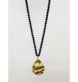 Collier long avec billes de bois et pendatif métallique au fini usé-noir/or