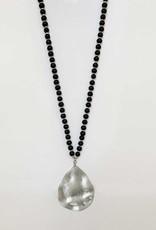 Collier long avec billes de bois et pendatif métallique au fini usé-noir/argent
