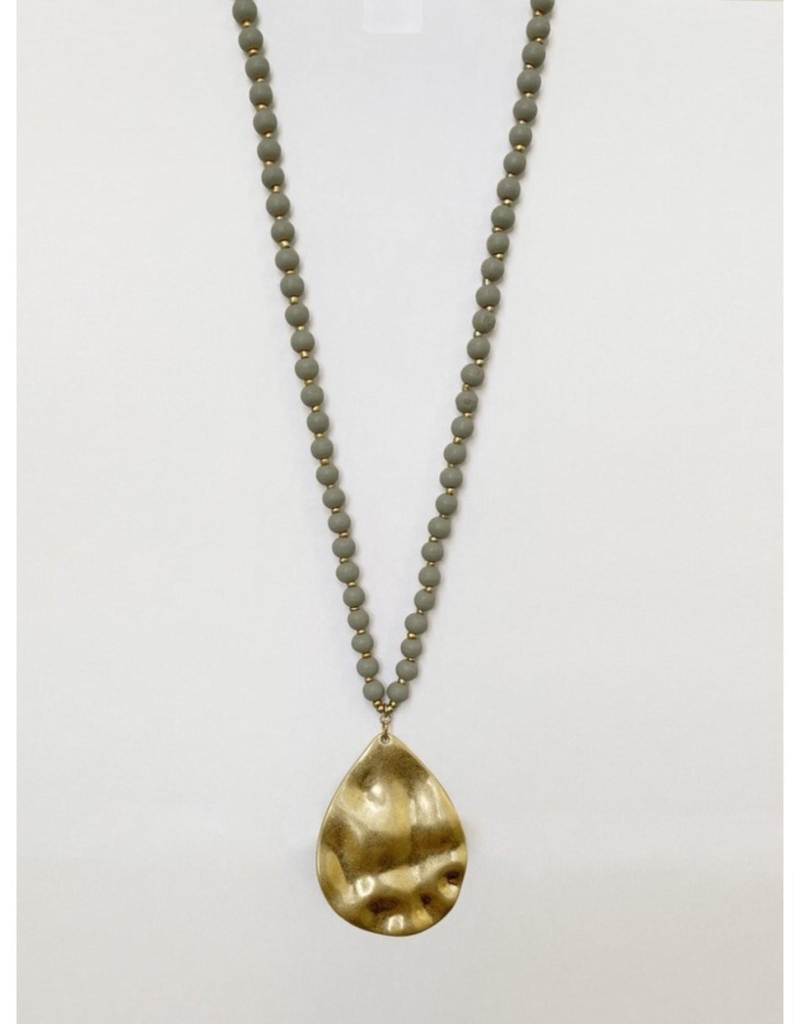 Collier long avec billes de bois et pendatif métallique au fini usé-gris/or