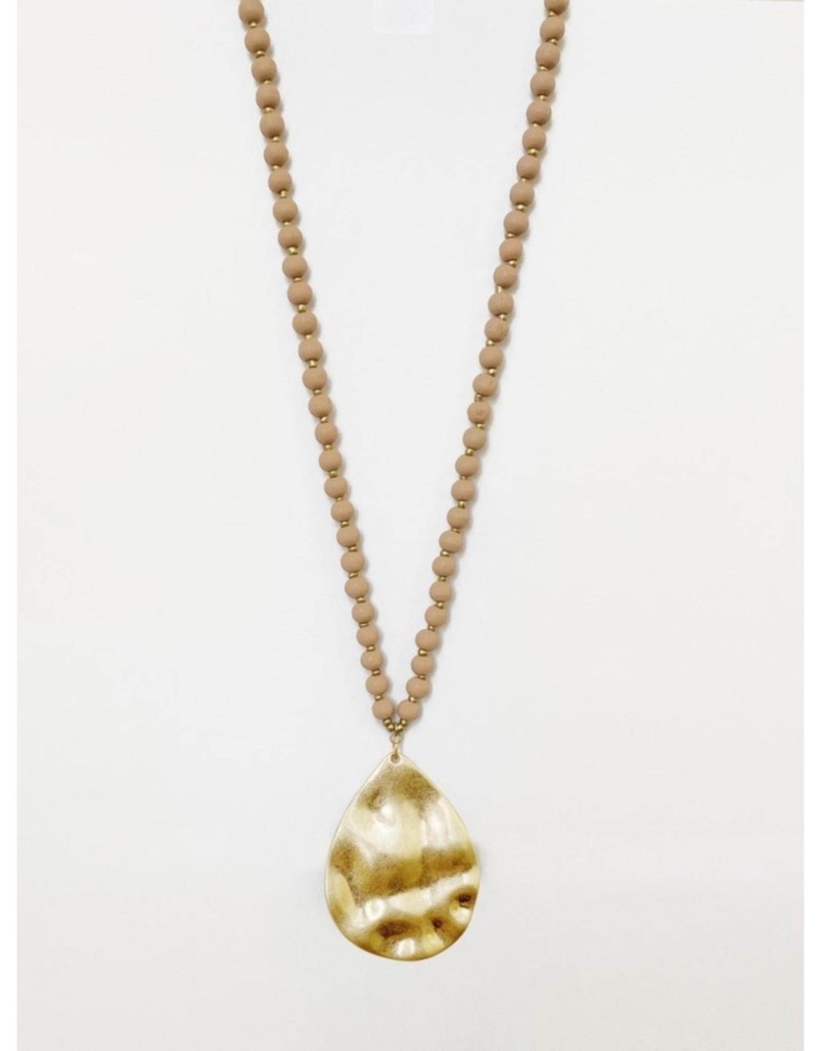 Collier long avec billes de bois et pendatif métallique au fini usé-rose/or