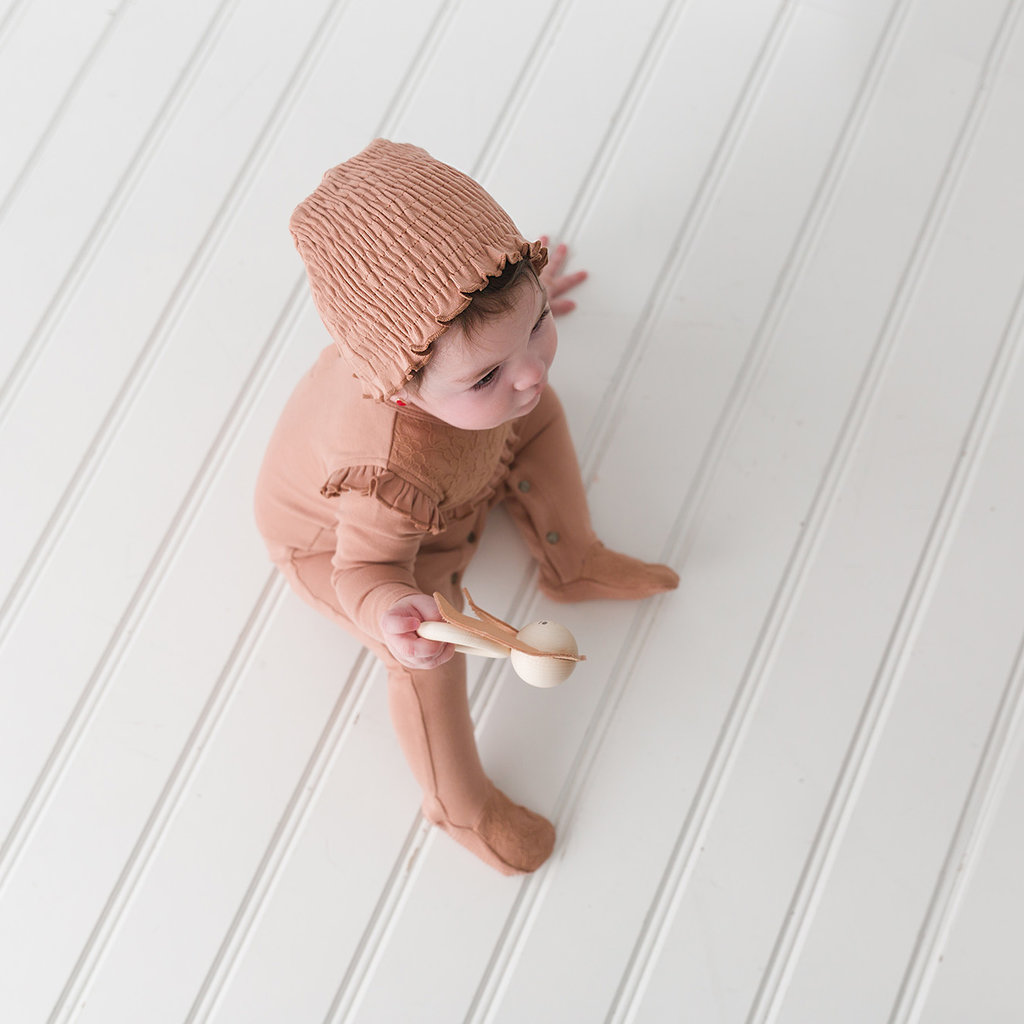 L'OVED BABY L'oved Baby Organic Smocked Ruffle Cap-Nutmeg