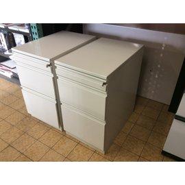 "23 1/4x15x26 3/4"" Beige metal 3 drawer file cabinet. (4/21/2020)"