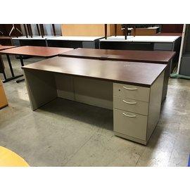 "29 1/2x72x28 1/2"" Tan metal wood top R/pedestal desk (09/07/21)"