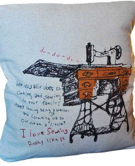 Coussin en Coton Beige avec Machine à Coudre, Lili Graffiti