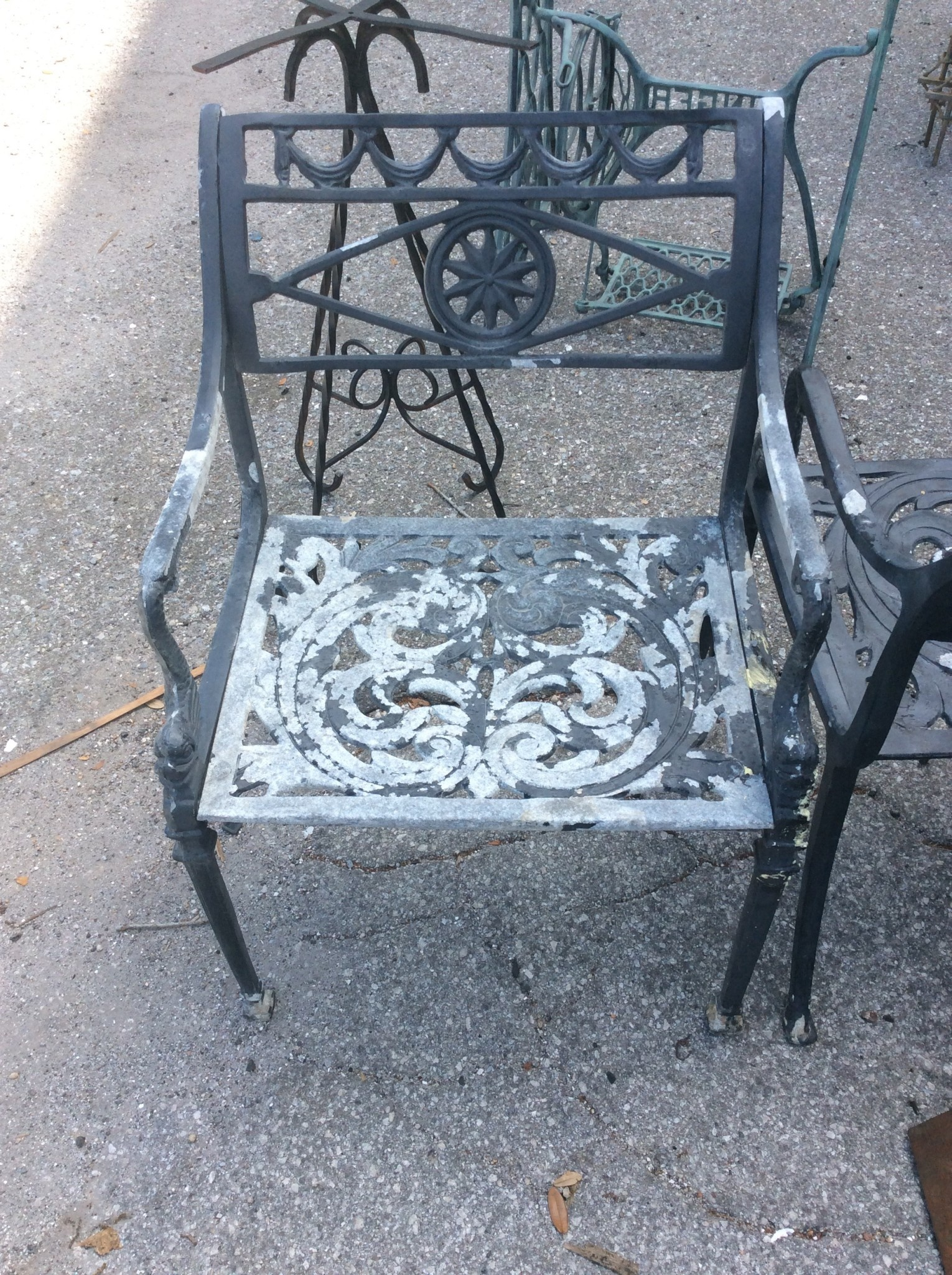Cast aluminum chair with arms