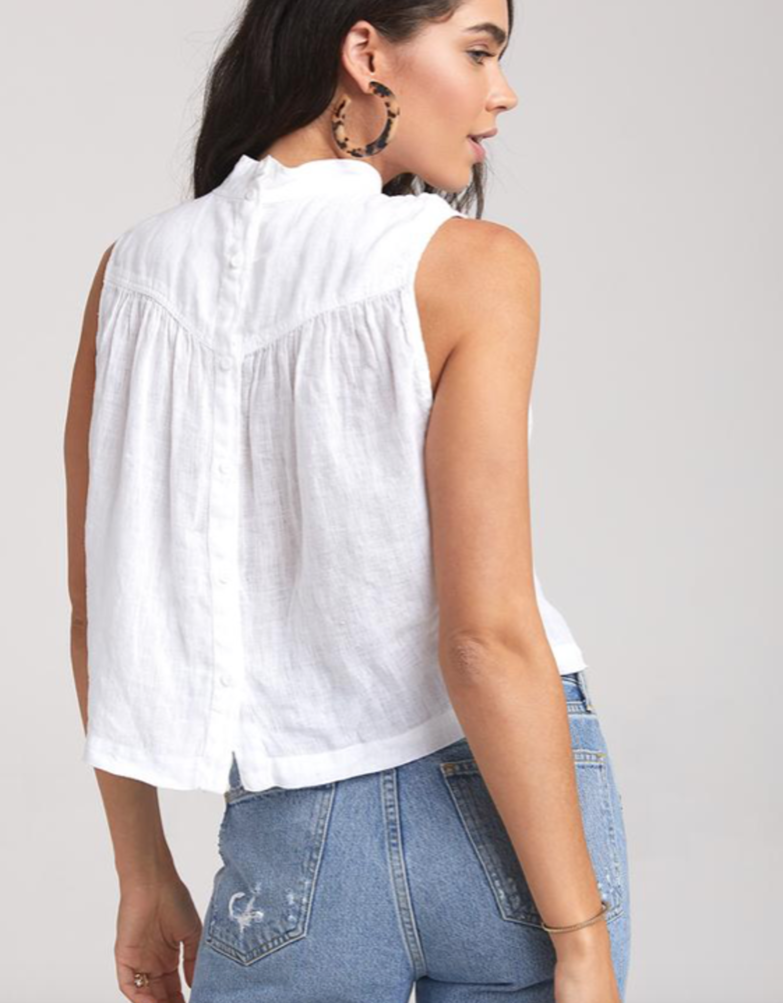 Tops bella dahl - Sleeveless Mock Neck Button Back Blouse in White