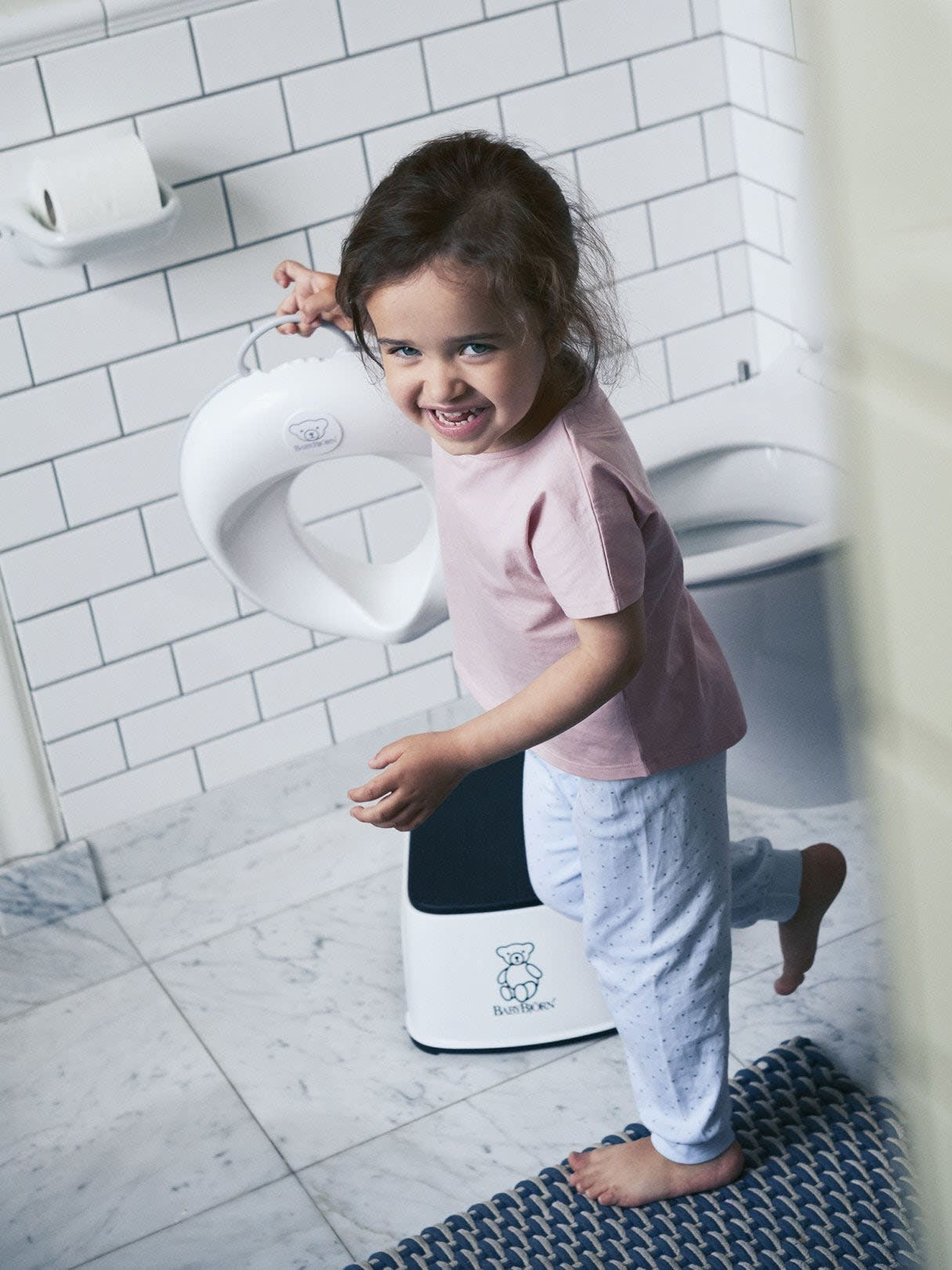 https://cdn.shoplightspeed.com/shops/610953/files/18437788/babybjorn-babybjorn-toilet-trainer-white-grey.jpg
