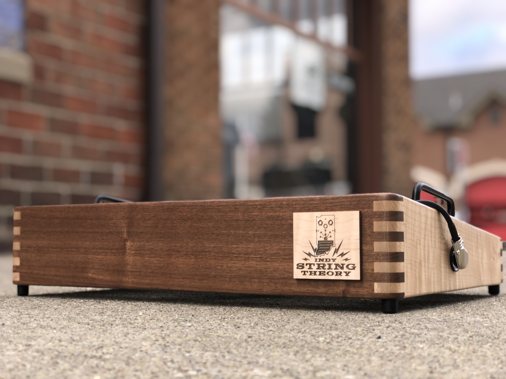 """Indy String Theory Pedalboard Walnut/Maple 18""""x12""""-4"""