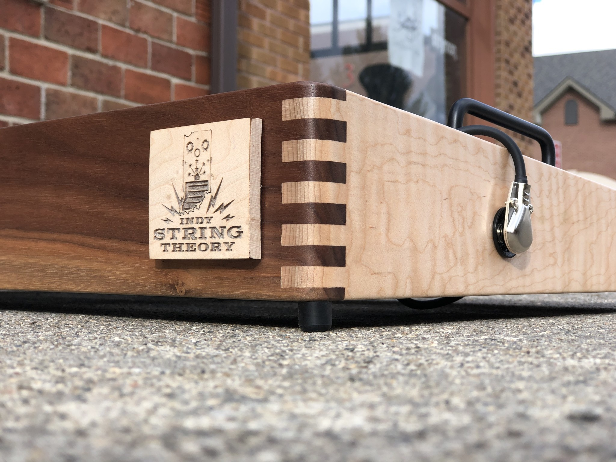 """Indy String Theory Pedalboard Walnut/Maple 24""""x14""""-5"""