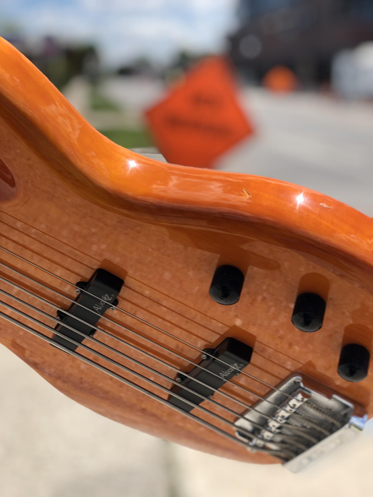 Alvarez 6-String Bass-7