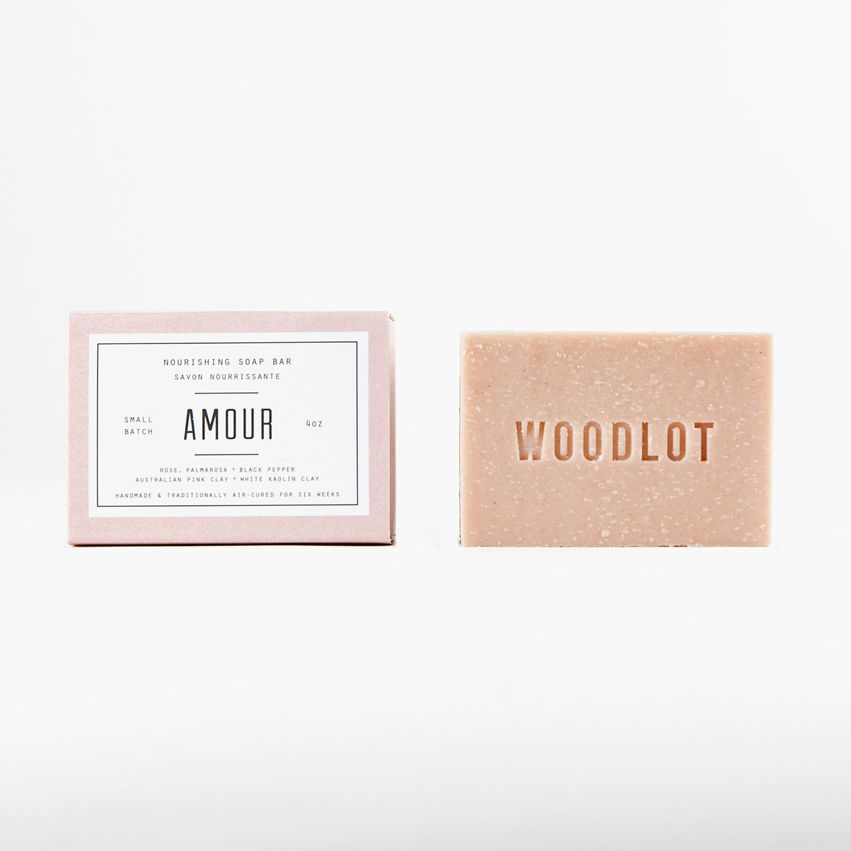 WL-S-FloraSHORT DESC: Woodlot Soap Bar – FloraROLLOVER: BOTANICAL.With lavender, bergamot, cedarwood and sweet orange.FLORA SOAP BAR4oz barCleanse and purify with a base of hydrating butters, blended with relaxing lavender, refreshing bergam
