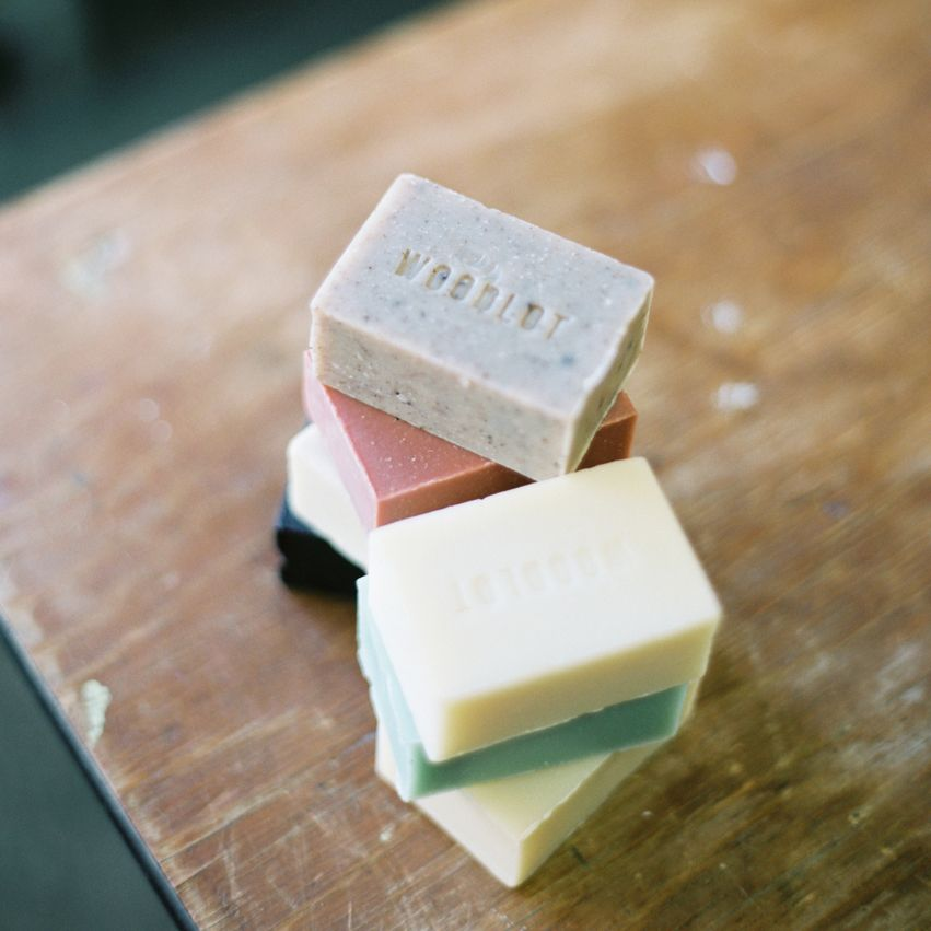 New WL-S-FloraSHORT DESC: Woodlot Soap Bar – FloraROLLOVER: BOTANICAL.With lavender, bergamot, cedarwood and sweet orange.FLORA SOAP BAR4oz barCleanse and purify with a base of hydrating butters, blended with relaxing lavender, refreshing bergam
