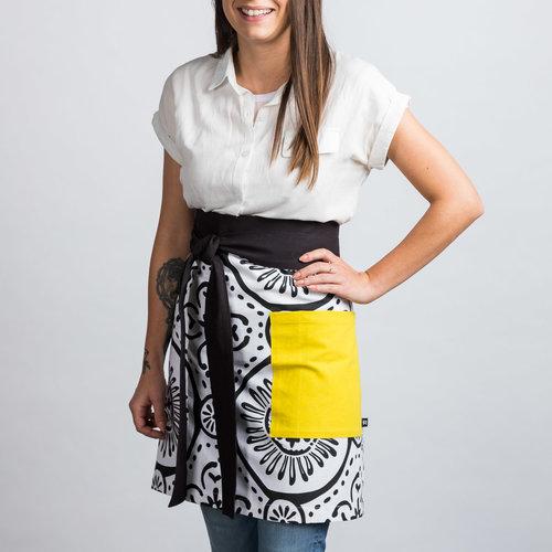 Demi-tablier blanc à motifs noirs et à pochette jaune