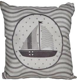 Coussin gris décoré d'un voilier