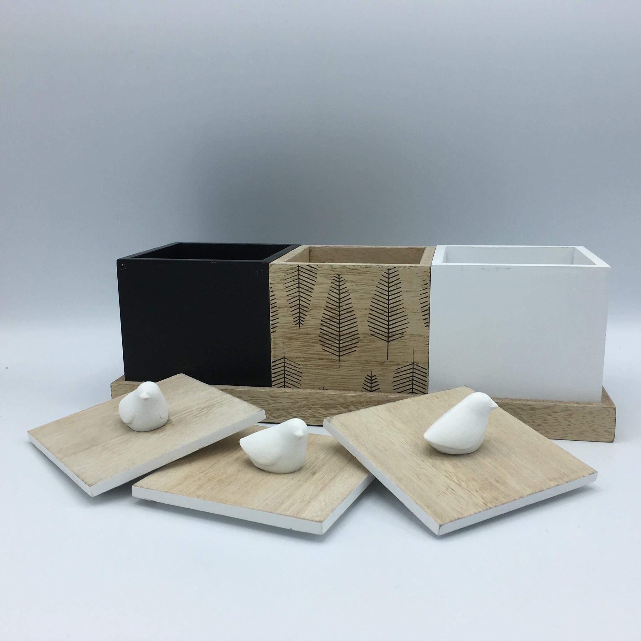 Trio de boîtes en bois couronnées d'oiseaux