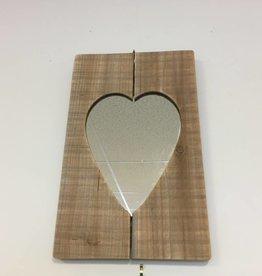 Miroir en forme de coeur sur cadre de bois rectangulaire