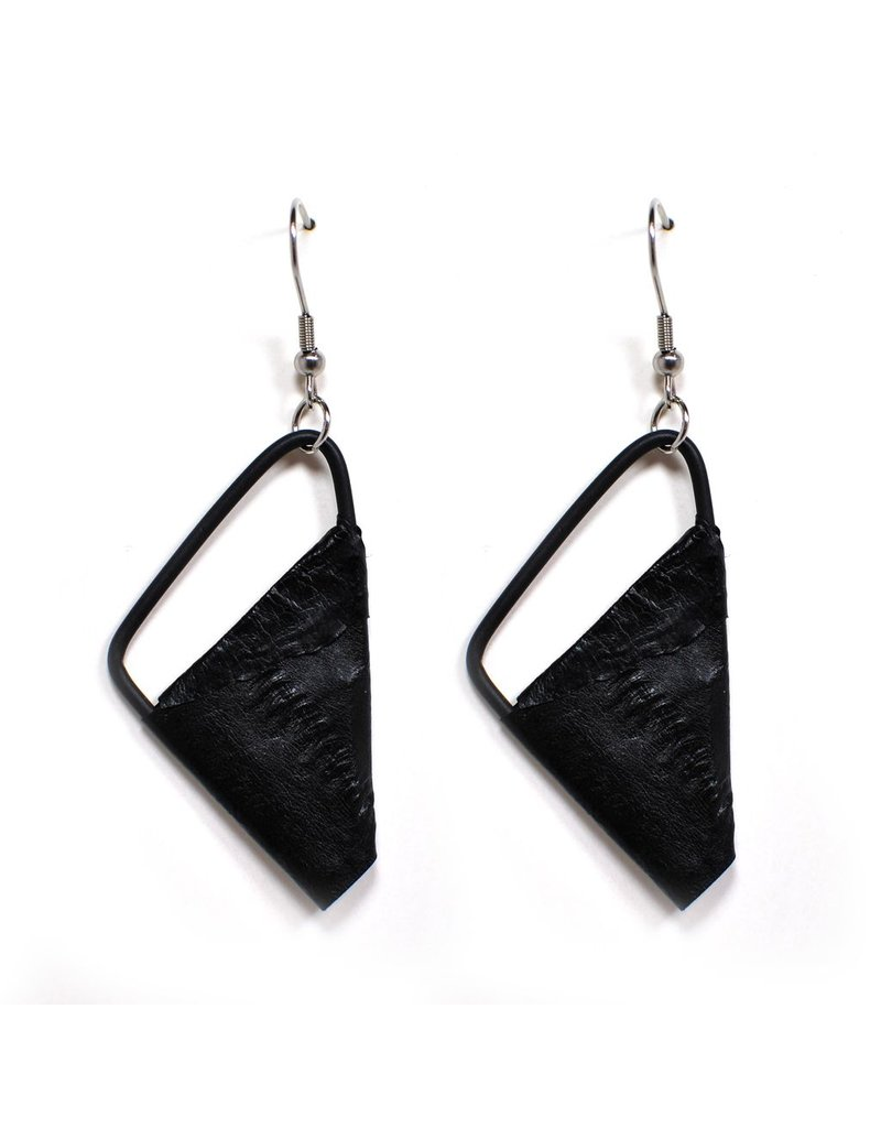 Marija Bajovska Eel triangle black wire E