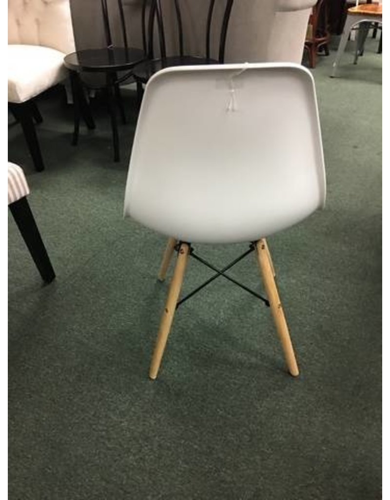 Wade Logan White Molded Plastic Side Chair