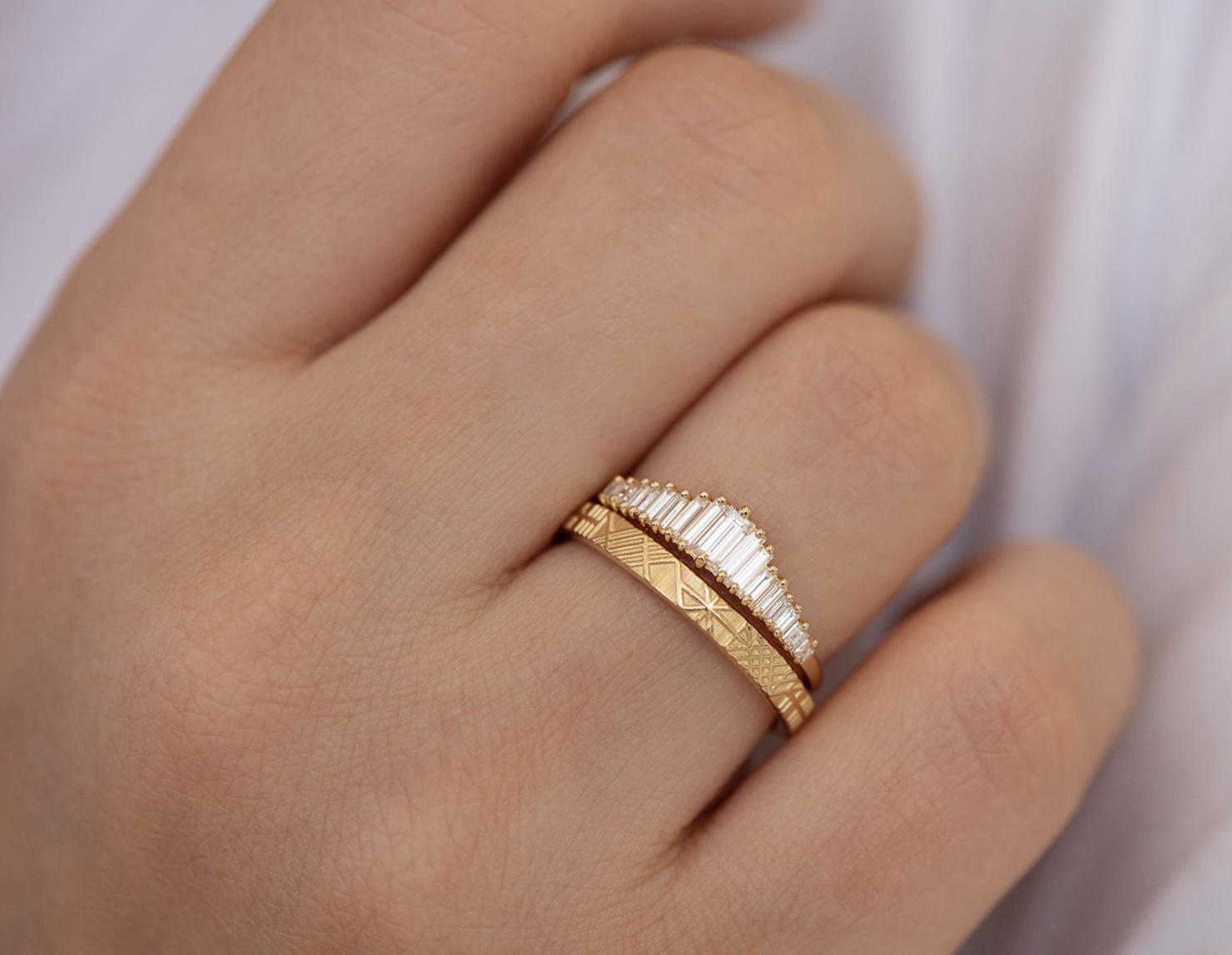 Artëmer Geometric Engraved Gold Band