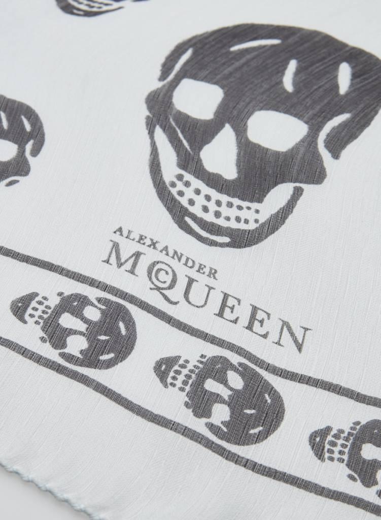 Alexander McQueen Foulard en soie bleu acier têtes de mort