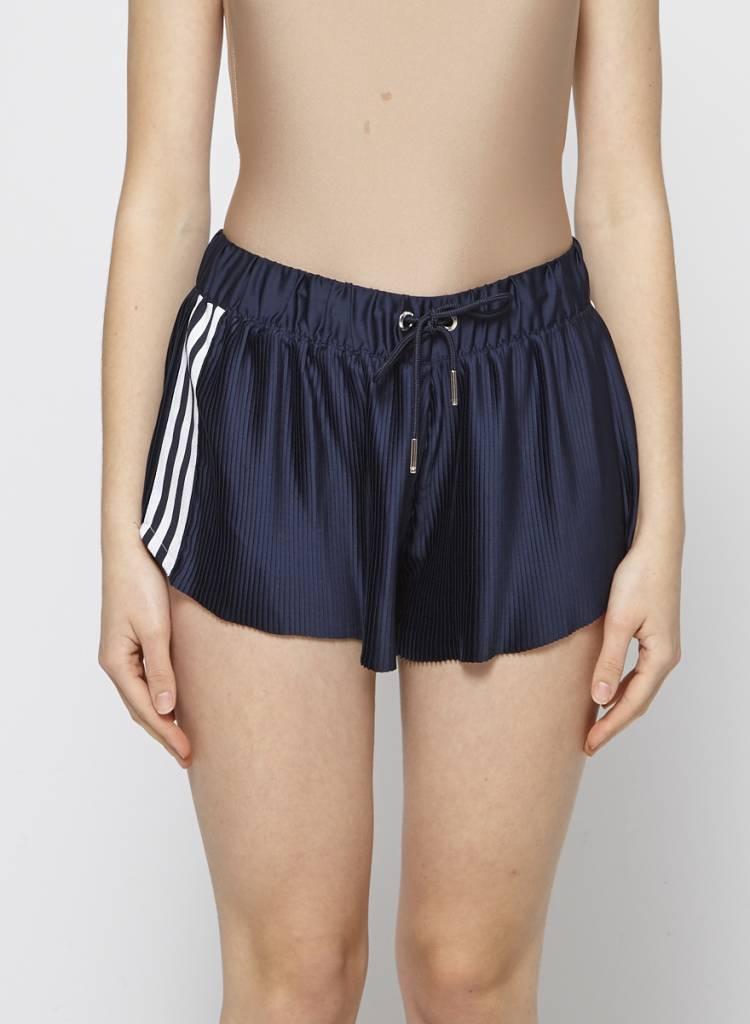 Adidas Short de sport plissé marine à bandes blanches