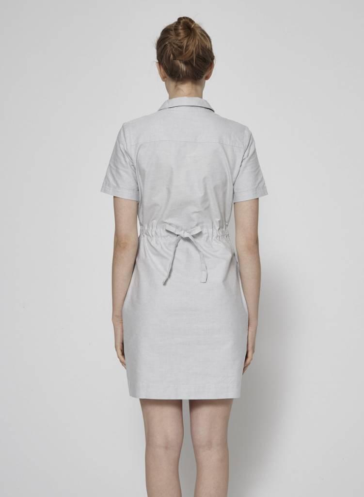 Betina Lou Robe grise en coton serrée à la taille