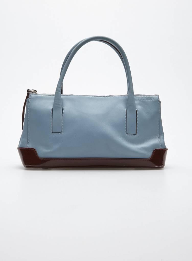 e13a2e8cde Petit sac à main en cuir bleu et cuir verni rouge brique - PRADA ...