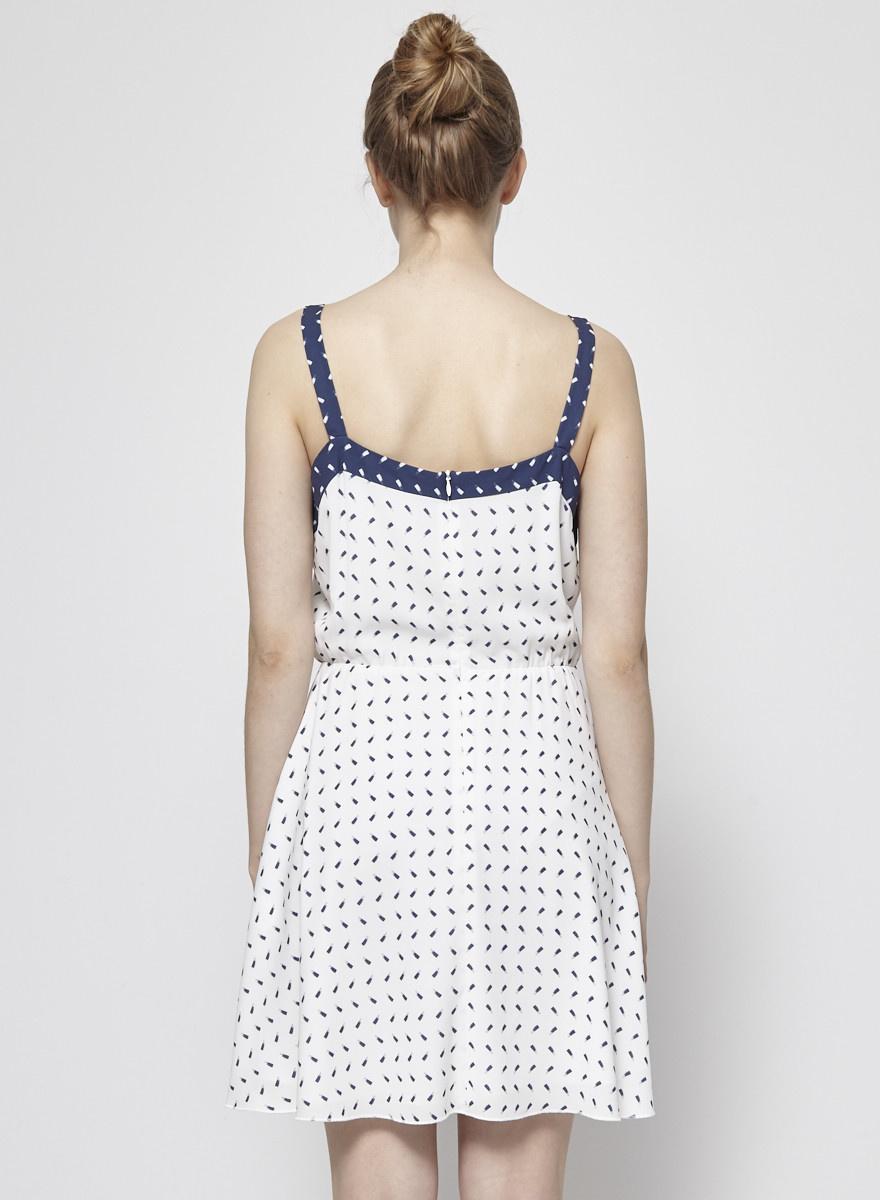 Eve Gravel Robe blanche et bleue  à bretelles et à taille élastique