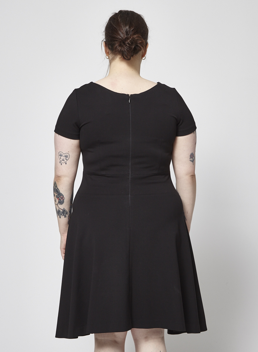 1954091d370 Robe noire à manches courtes - Éditions de Robes - Deuxième édition
