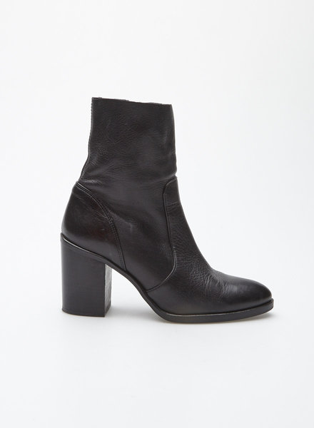 L'intervalle BLACK LEATHER HEELED BOOTS