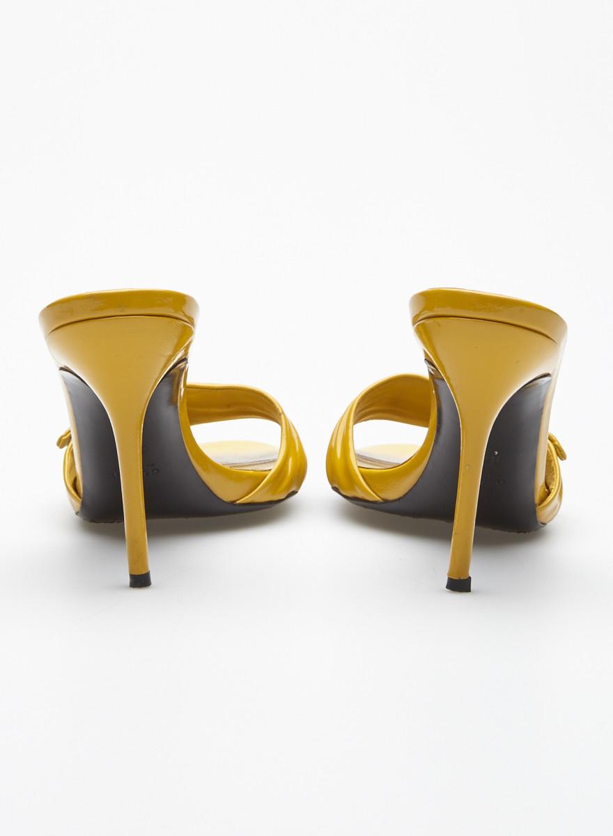 Gucci Sandales jaunes en cuir à écusson
