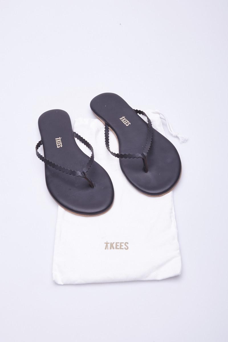 TKEES Sandales noires à ganses ondulées