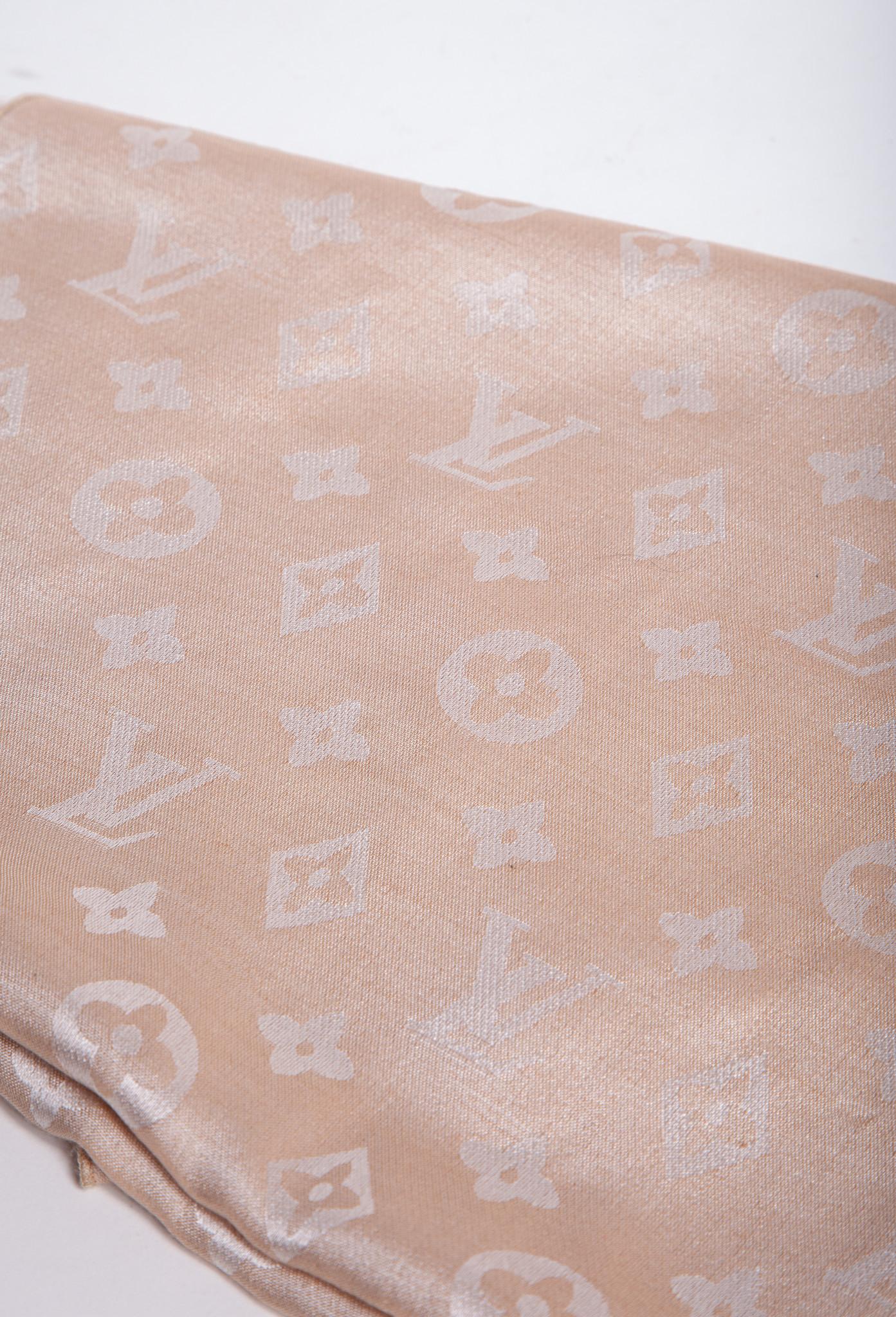 Louis Vuitton FOULARD ROSE DORÉ IMPRIMÉ MONOGRAMME