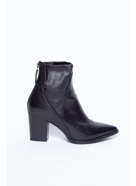 La canadienne BLACK LEATHER ANKLE BOOTS WITH POINTED TOE