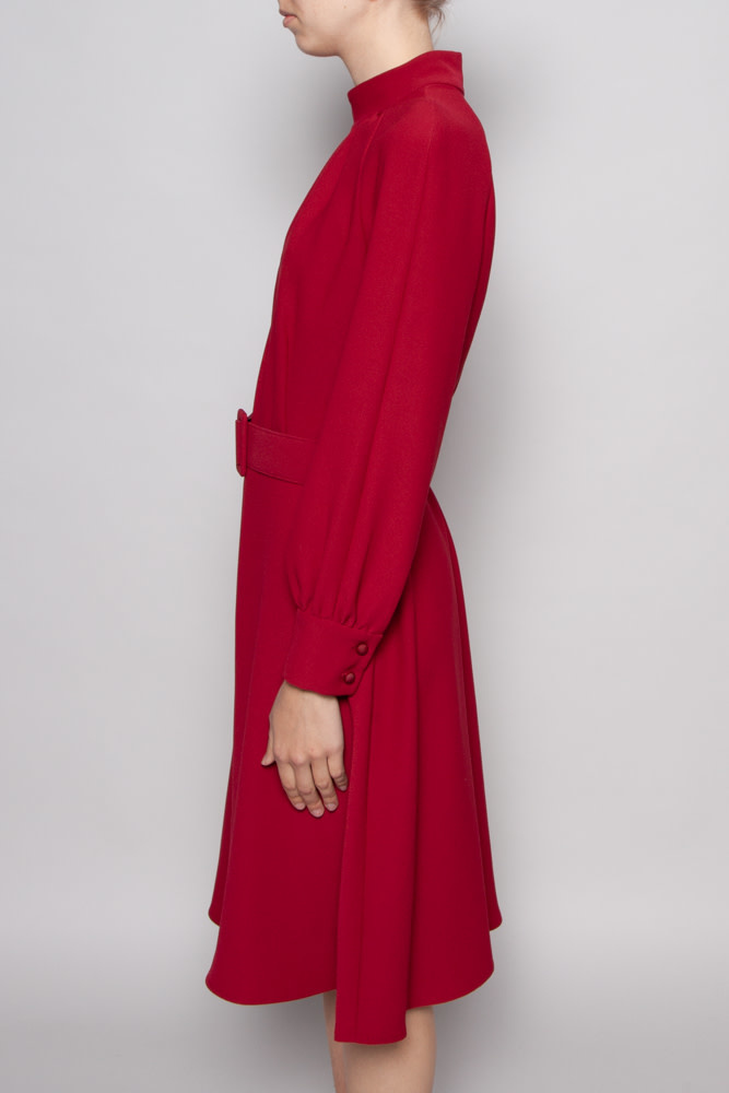 Éditions de Robes RED DRESS WITH HIGH COLLAR