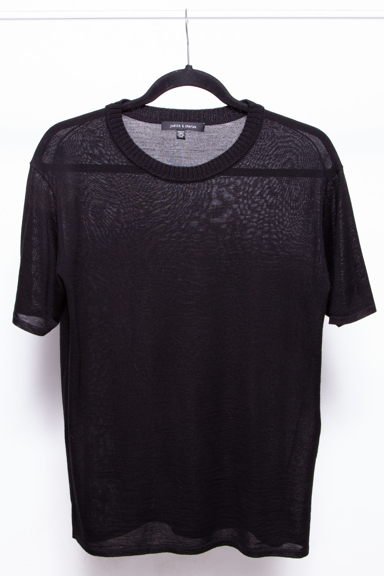 Judith & Charles BLACK SHORT SLEEVED TOP WITH TEXTURED ROUND NECK