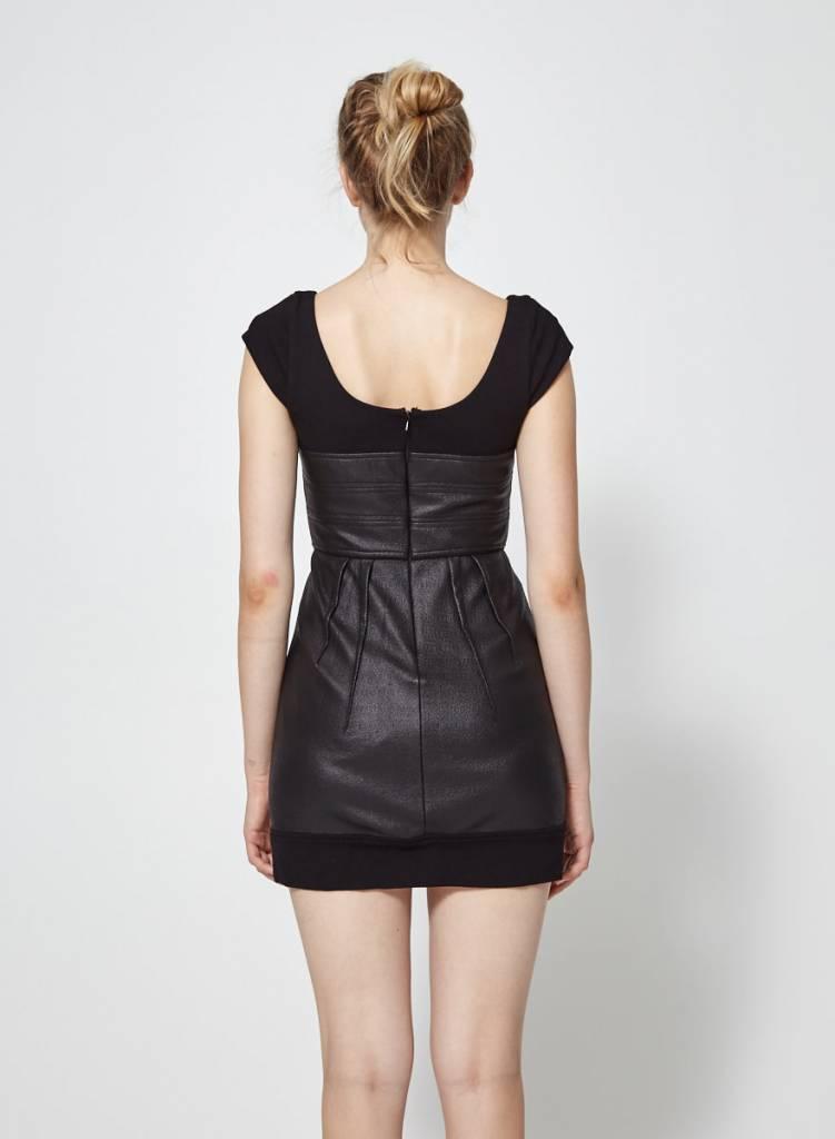 BCBG Max Azria Robe noire cintrée effet cuir