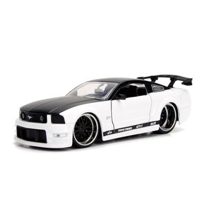 Jada Toys . JAD 1/24 2006 Ford Mustang GT - White