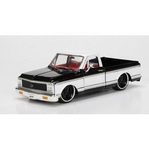 Jada Toys . JAD 1/24 1972 Chevy Cheyenne - Glossy Black w/ White