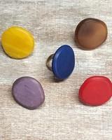 Anillo medalla irregular resina