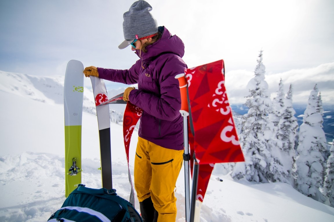 Women removes G3 Skins from G3 seekR skis
