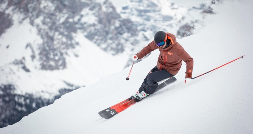 Skier on edge in a turn using the Volkl M5 Mantra