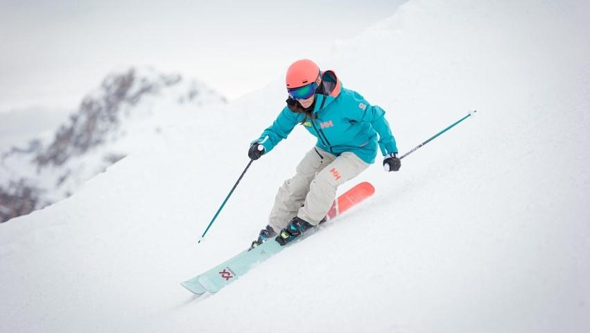 Skieuse à carre sur les Volkl Secret 102
