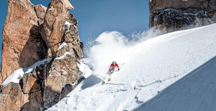 Skieur dans la neige folle avec les Volkl Blaze 106