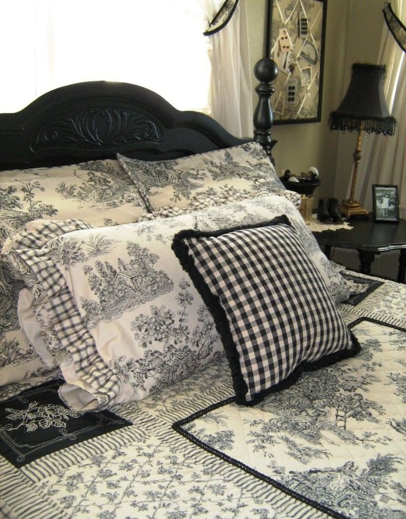 New New Horizons Black Toile Quilt Set